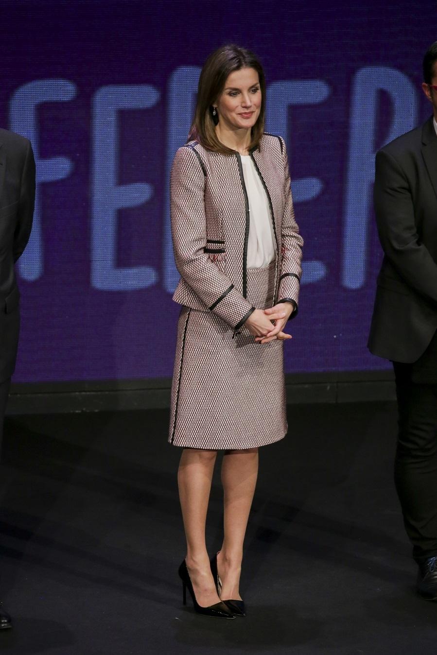 Letizia ha estrenado traje chaqueta de falda de Hugo Boss. El modelo...