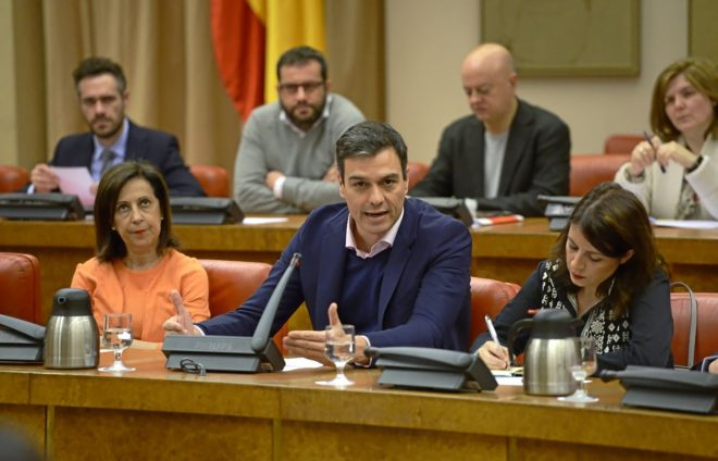El secretario general del PSOE, Pedro Sánchez, preside, entre Margarita Robles y Adriana Lastra, la reunión del Grupo Parlamentario Socialista en el Congreso.