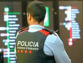 Un agente de los Mossos durante despliegue policial antiterrorista