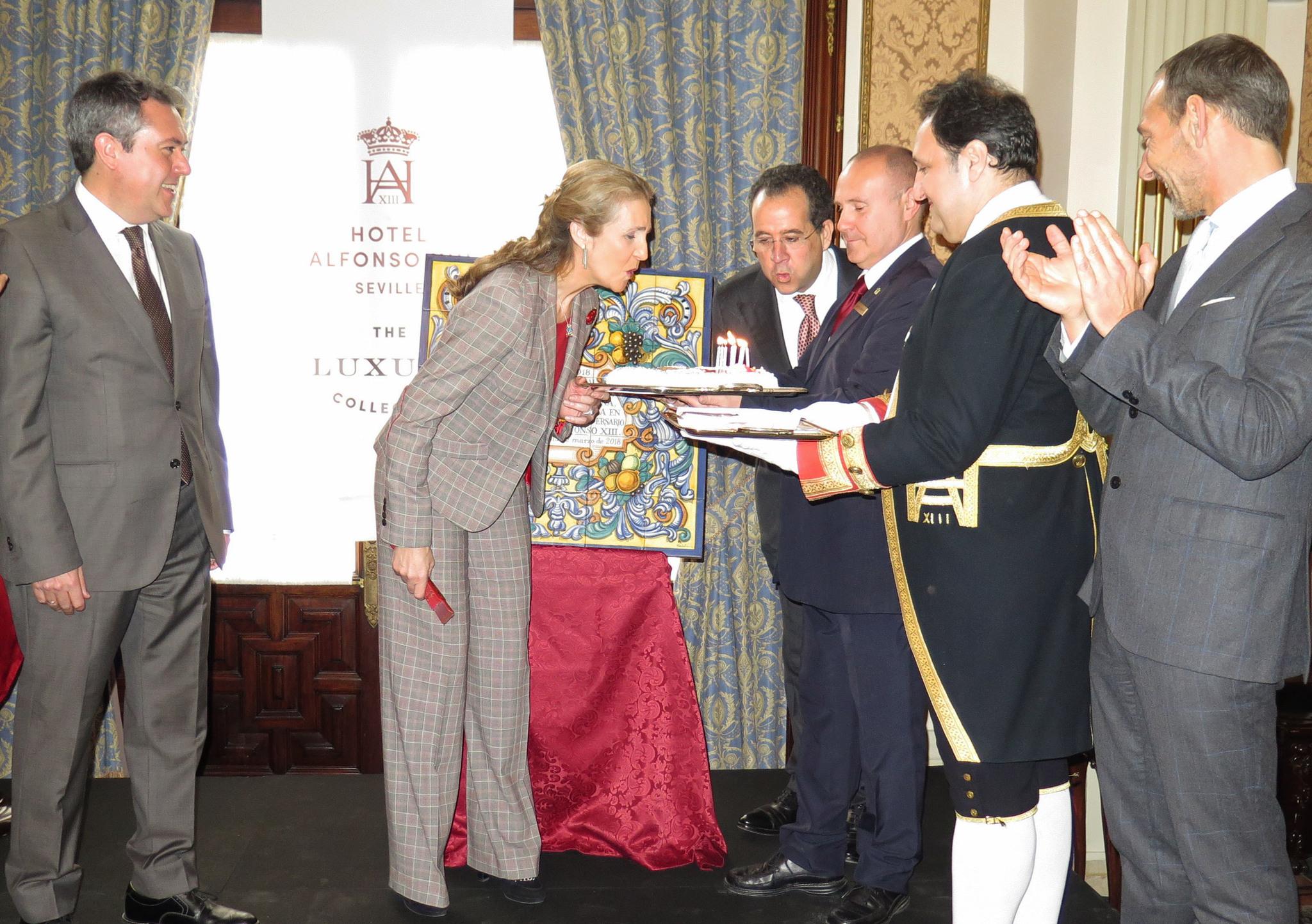 La Infanta Elena sopla las velas del 90 aniversario del hotel Alfonso XIII, junto a Juan Espadas (alcalde de Sevilla), Carlo Suffredini (hotel Alfonso XIII) y Richard Breckelmans (Marriott España y Portugal).