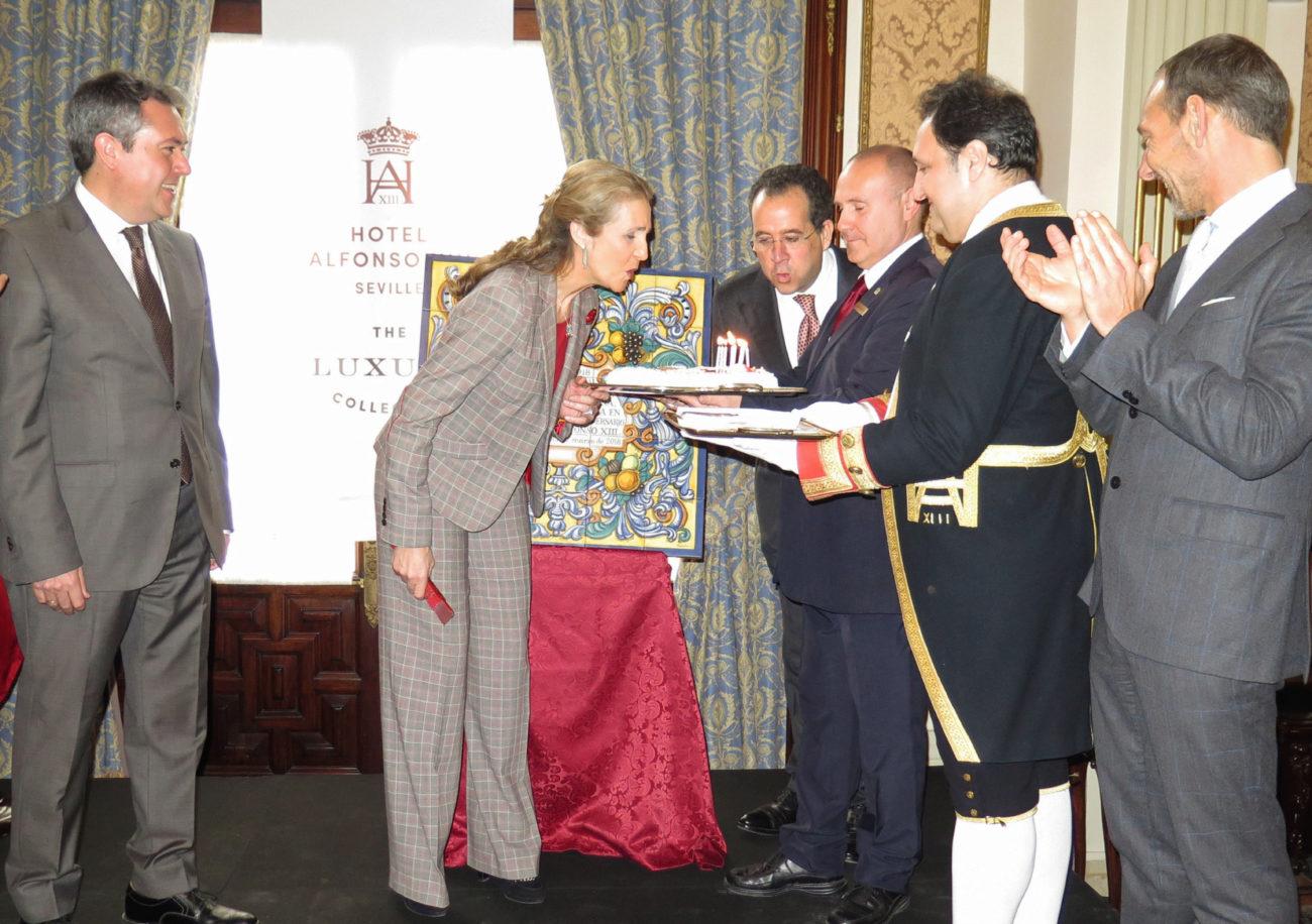 La Infanta Elena sopla las velas del 90 aniversario del hotel Alfonso...