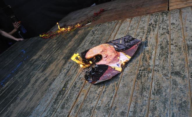 Un retrato del rey emérito en llamas, tras una manifestación...