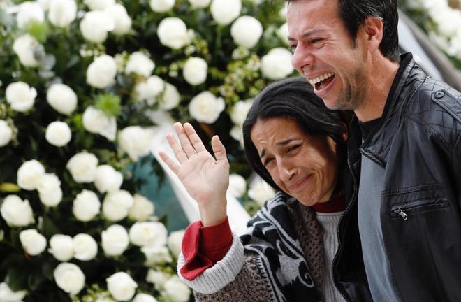 Los padres de Gabriel durante el funeral.
