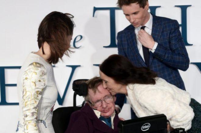 Jane Wilde besa a su ex marido, Hawking, en presencia de los actores...