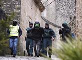 El joven esposado por la Guardia Civil tras ser detenido.
