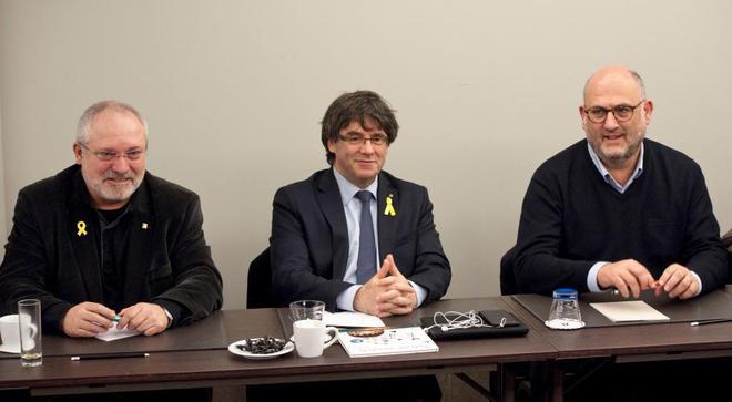 Carles Puigdemont junto a Eduard Pujol (dcha.) y Lluís Puig, este miércoles en Bruselas