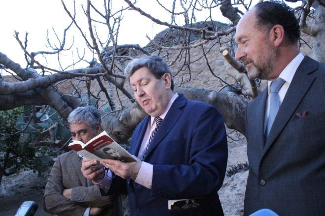José Manuel Bonet lee unos versos de Miguel Hernández, ante el alcalde Emilio Bascuñana.