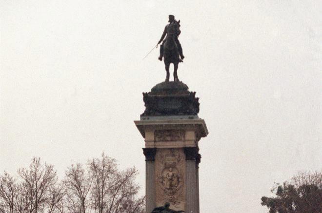 Estatua a Alfonso XII del enclave arquitectónico frente al estanque de El Retiro.