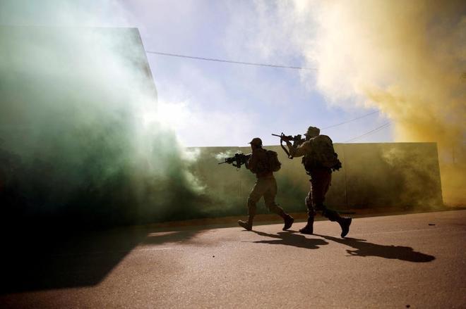Un marine estadounidense y un soldado israelí practican el combate urbano  en el ejercicio conjunto en Zeelim, al sur de Israel.