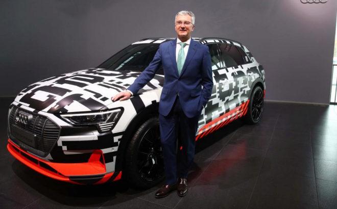 Rupert Stadler, consejero delegado de Audi, ante el Audi Q7 e-tron