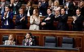 La bancada del PP aplaude la presencia en el hemiciclo de familiares...