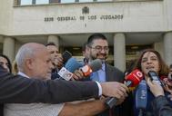 Carlos Sánchez Mayo y Celia Mayer, en la puerta de los Juzgados de Plaza de Castilla, tras declarar por la querella interpuesta por el PP, en septiembre pasado.