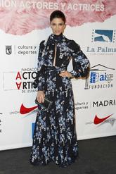 La actriz con un maxivestido floral en tonos azules y negros anudado...