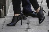 La Reina ha llevado unos botines de tacón y punta de Hugo Boss en...