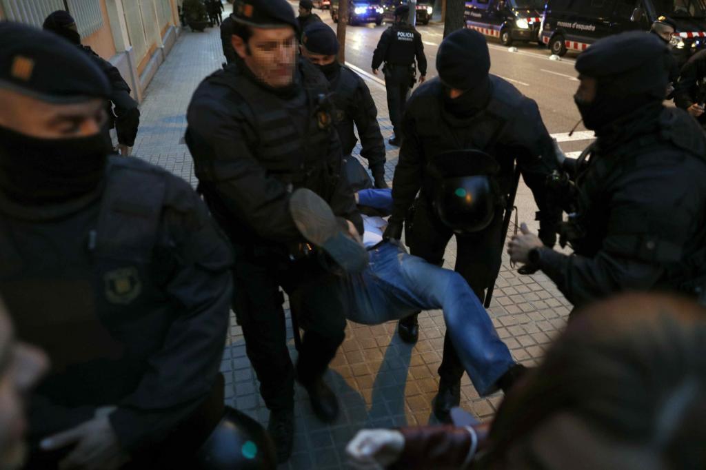 Los Mossos d'Esquadra, desalojan a uno de los participantes en una manifestación convocada por los Comités de Defensa de la República (CDR) ante la comandancia de la Guardia Civil de Barcelona.