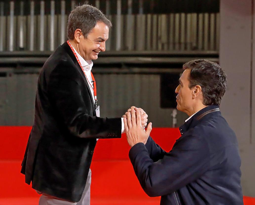 José Luis Rodríguez Zapatero y Pedro Sánchez se saludan este jueves en Madrid.