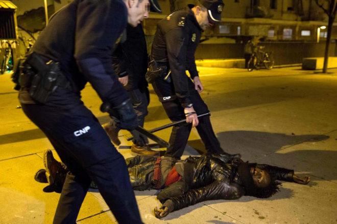 Agentes de la Policía Nacional reducen a uno de los manifestantes en...
