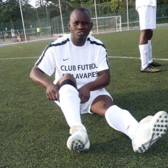 Mame Mbaye jugando al fútbol en el club de Lavapiés.