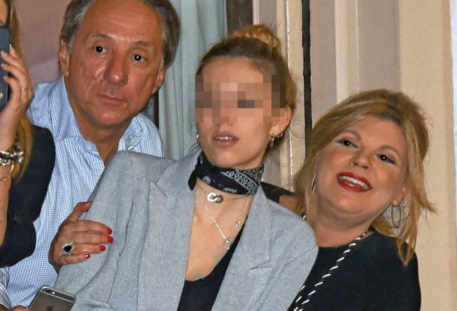 Terelu, su ex marido, Alejandro Rubio y la hija de ambos, Alejandra, en el balcón en el que cada año ven los pasos de Semana Santa en Málaga.