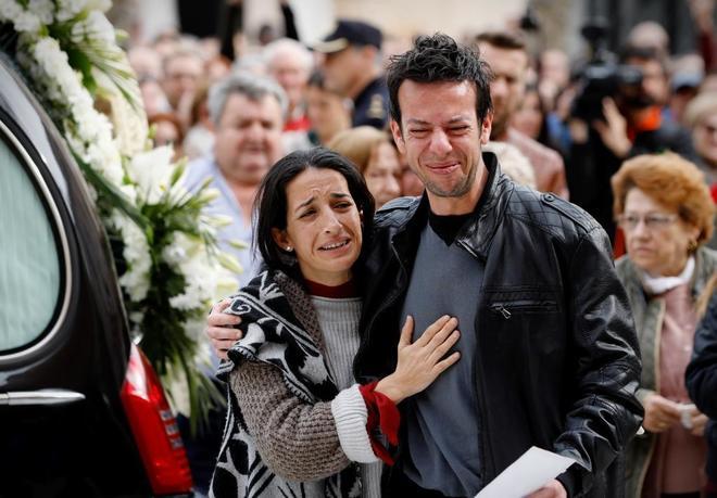 Patricia y Ángel, los padres de Gabriel, en su funeral.