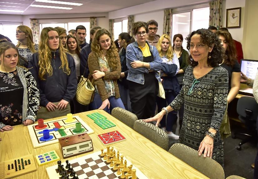 Los alumnos de La Salle escuchan a una técnica frente a los juegos adaptados.