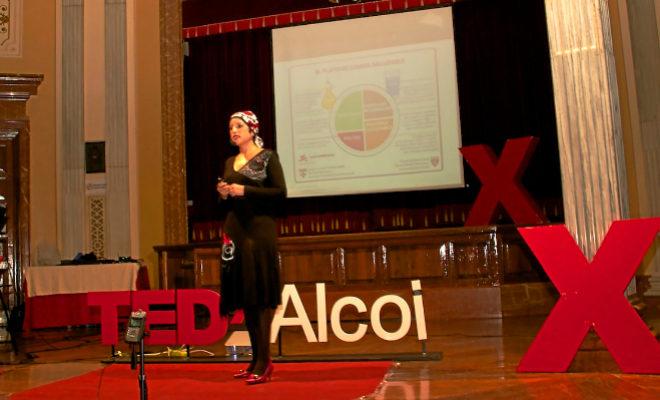 Maite Montón durante una de sus charlas en TEDx en las que cuenta su experiencia para dar fuerza a las personas que sufren las enfermedad.
