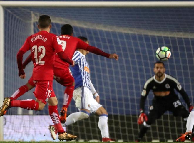 Ángel Rodríguez (2i) golpea el balón para batir a Moyà y lograr el gol de la victoria del Getafe.