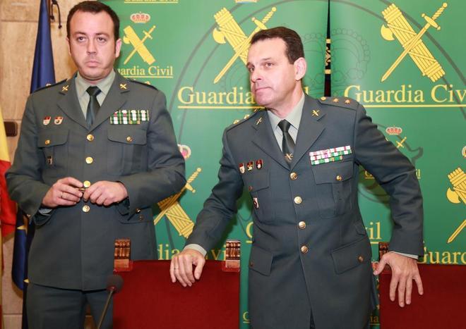 Jesús Reina (izqda.), comandante de la UCO, y José Hernández...