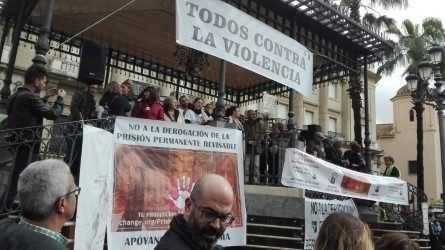 Los familiares de la víctimas han reunido a miles de personas para pedir que no se derogue la prisión permanente revisable.