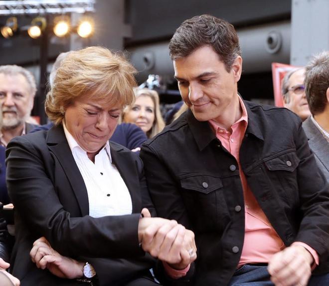 Pedro Sánchez consuela a Camen Ortiz, viuda del ex presidente del Congreso Manuel Marín, en la clausura de la Escuela de Buen Gobierno del PSOE.