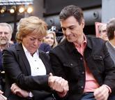 Pedro Sánchez consuela a Camen Ortiz, viuda del ex presidente del...