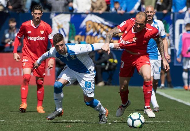 Rubén Pérez y Sandro Ramírez luchan por el balón.