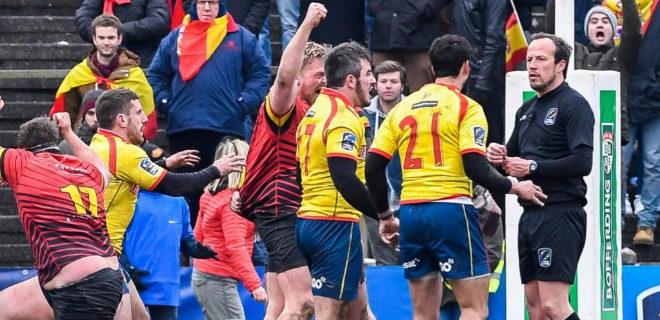 Jugadores españoles reclaman al árbitro durante el encuentro.