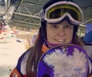 La ganadora del bronce en Pyeongchang (Corea) abraza su tabla.
