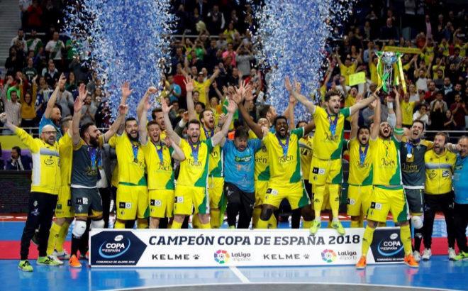 Los jugadores del Jaén celebran el título de Copa logrado ante el Inter.