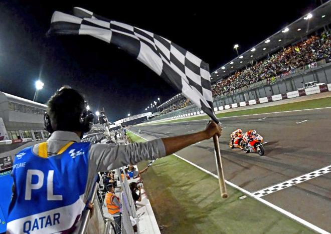 Andrea Dovizioso cruza la meta por delante de Marc Márquez en Qatar.