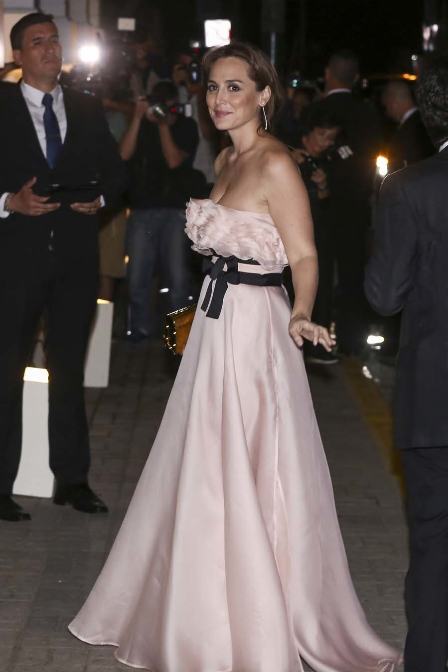 Tamara apostó por un look muy romántico, con un vestido de gazar de...