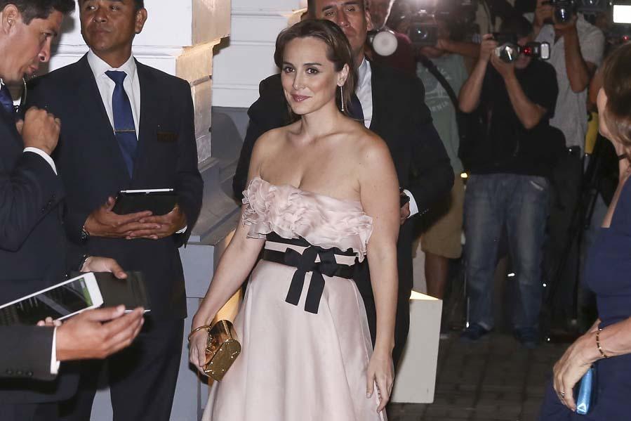 Combino el vestido con un clutch rígido en dorado