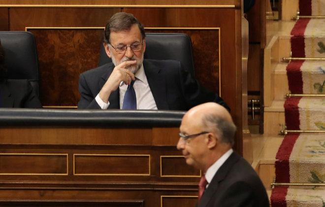 El ministro de Hacienda y Función Pública, Cristóbal Montoro, junto al presidente del Gobierno, Mariano Rajoy, durante el pleno del Congreso.