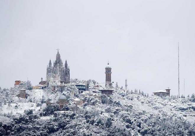 La montaña del Tibidabo en Barcelona ha amanecido hoy nevada.