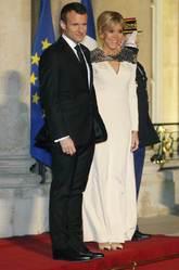 Brigitte eligió un vestido blanco decorado con una malla metalizada...