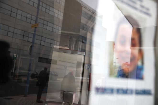 La imagen del niño Gabriel Cruz se refleja en los cristales de la sede de los juzgados de Almería, donde fue trasladada su asesina confesa, Ana JUlia Quezada.