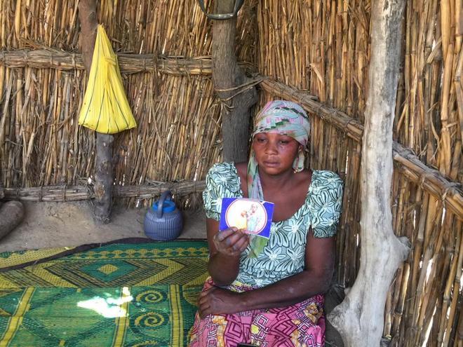 La madre de una de las niñas secuestradas muestra una foto en Dapchi (Nigeria).