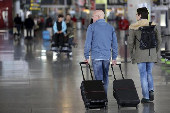 Dos personas con maletas caminan por el Aeropuerto de Málaga.