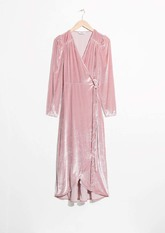 En rosa empolvado y cruzado de terciopelo (125 euros).