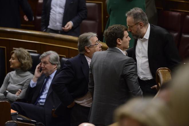 El ministro Juan Ignacio Zoido charla con Juan Carlos Girauta y Albert Rivera durante el Pleno por la prisión permanente revisable.