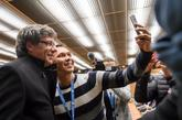 Carles Puigdemont junto a un joven ayer en un acto en Ginebra.