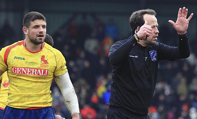 El capitán español observa al árbitro rumano durante el partido contra Bélgica