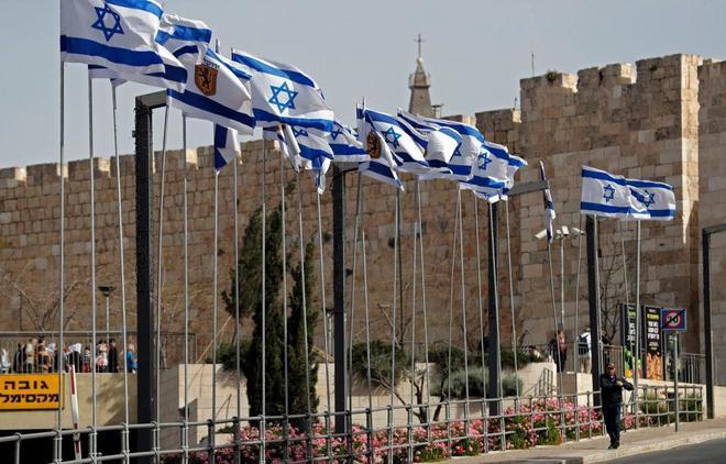 Banderas israelíes ondean en la Puerta de Jaffa, Jerusalén.