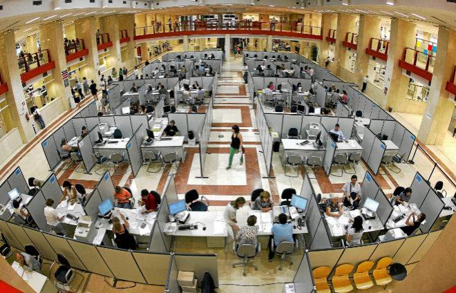 Funcionarios de Hacienda atienden a los numerosos contribuyentes en la...